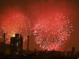 Fireworks_over_the_East_Village_of_New_York_City (1)
