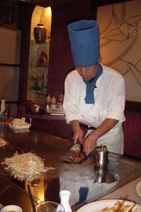 Teppanyaki_chef_cooking_at_a_hibachi_in_a_Japanese_Steakhouse (1)